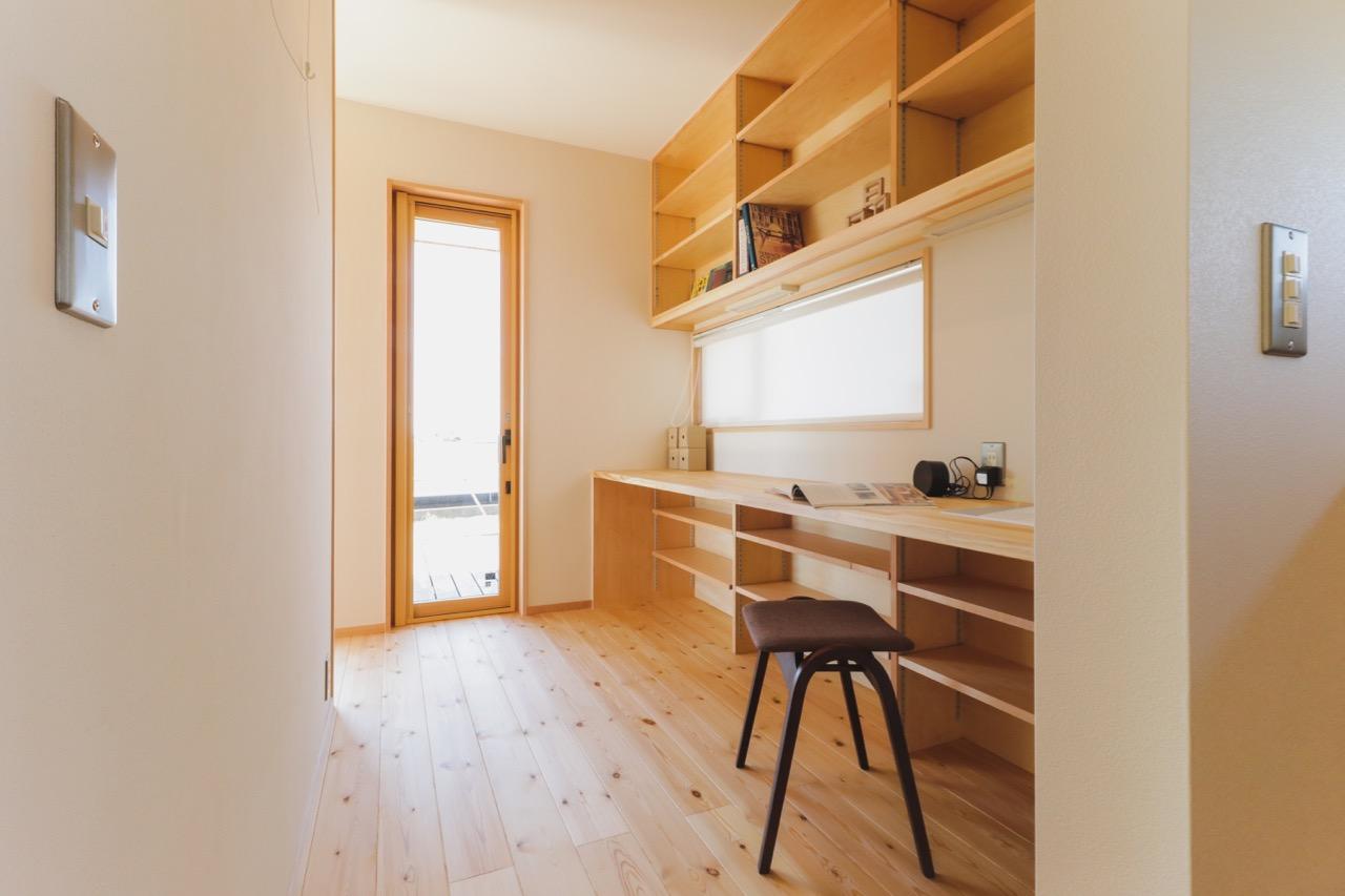 オープン階段と吹き抜けと<br>すのこ床のある光あふれる家