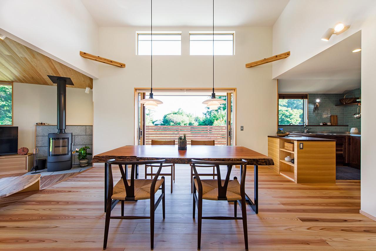 室内の寒暖差が少なく夏も冬も快適なリビングの風景、冬は薪ストーブも活用して全館をやわらかに温めます