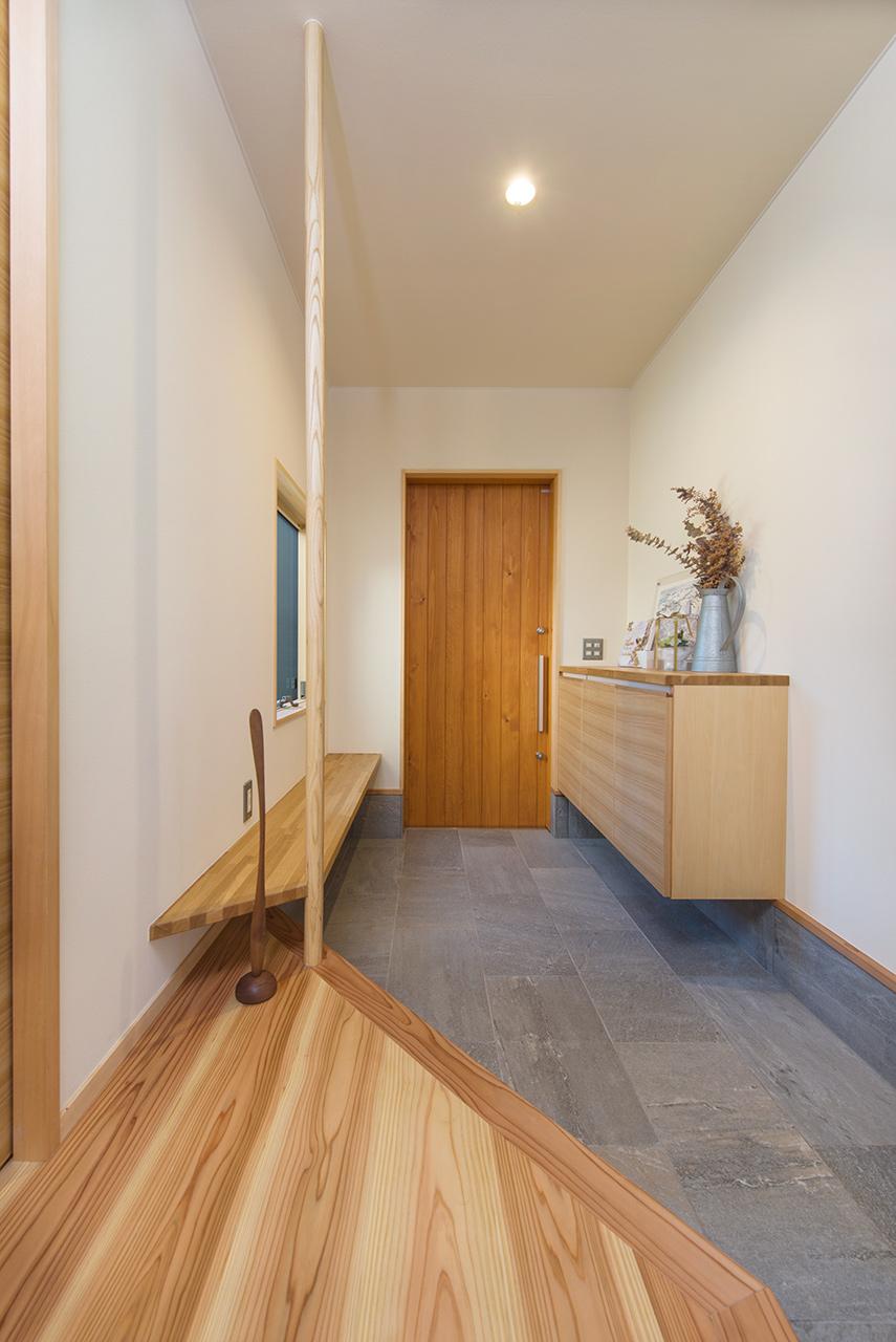平屋のガレージハウスのゆったりとした広さの玄関