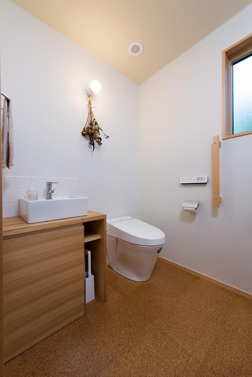 将来を見据えて車イスも入れる広いトイレ