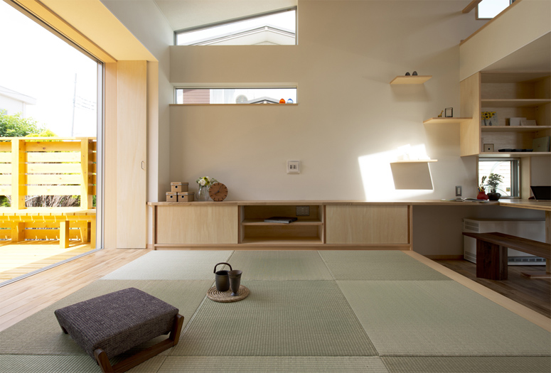 和モダンな家の建築実例(リビング:茶の間のある家)