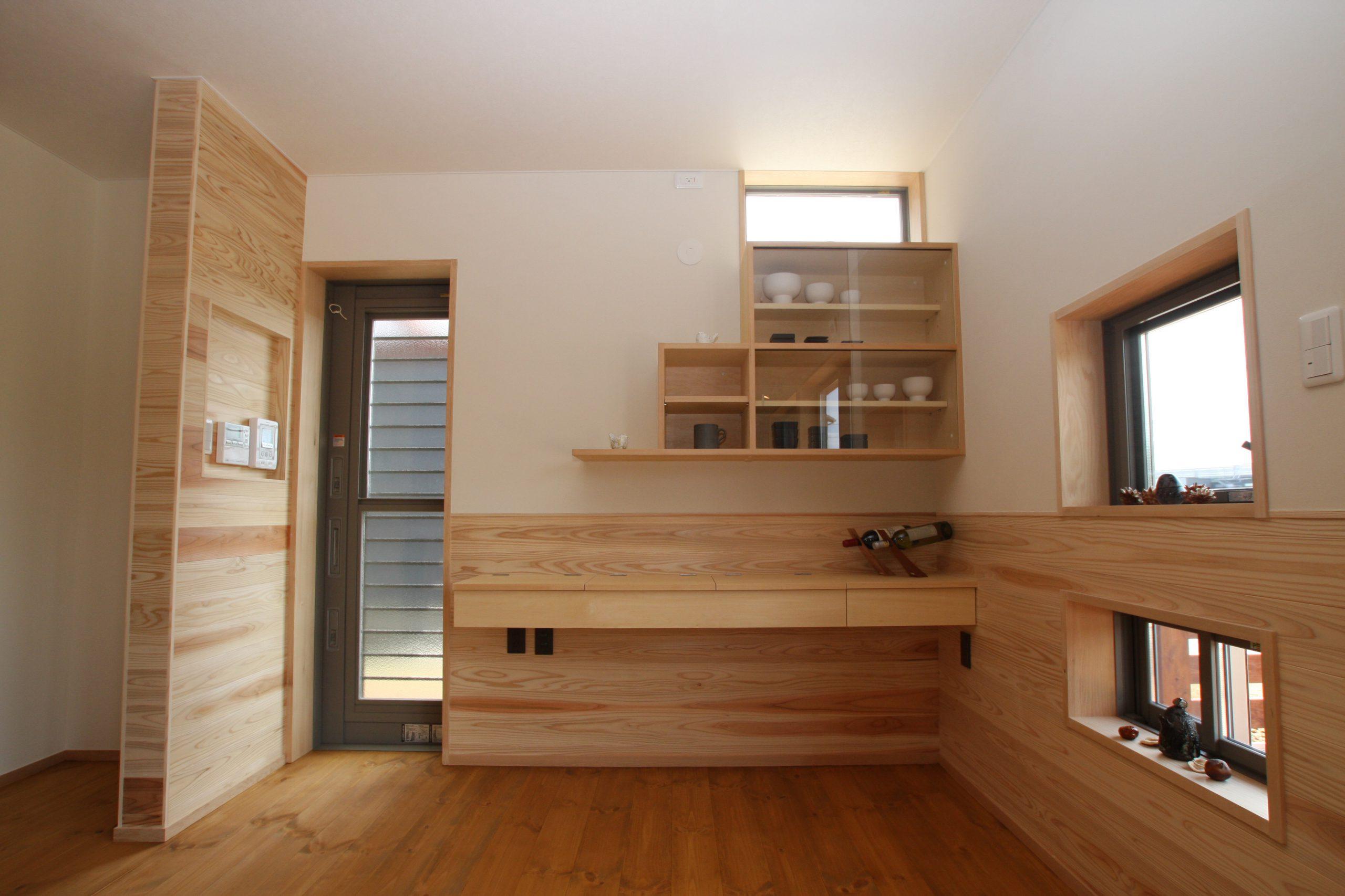 郊外に建つ薪ストーブの家
