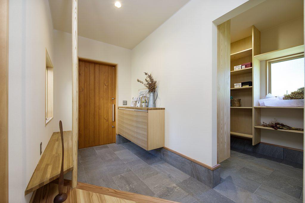 玄関と土間繋がりのシューズクローゼットの間取りの事例:シンプルで独立性の高い収納スペースを広めに確保しました