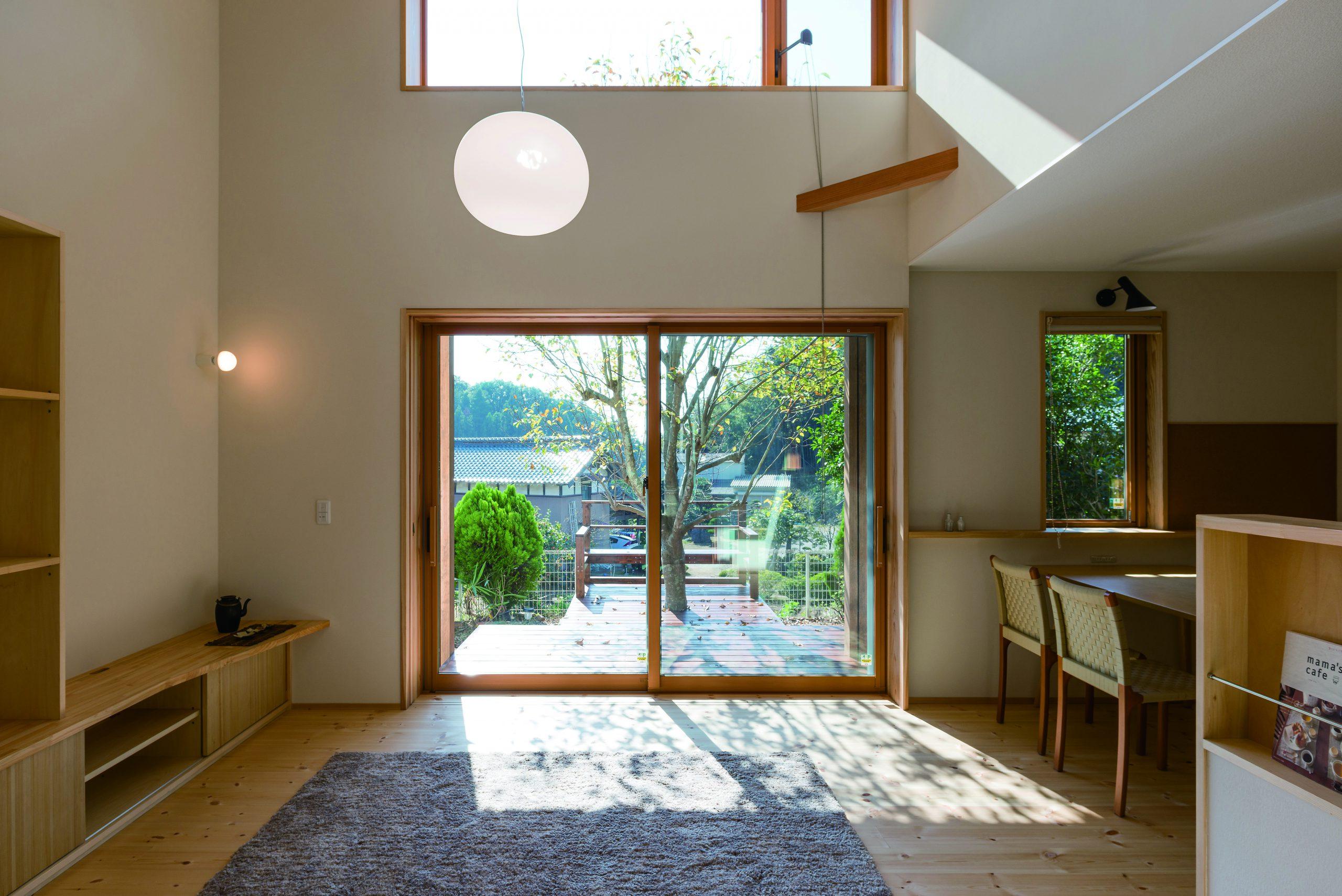 光を取り込みやすく外のウッドデッキもセカンドリビングのように使える中庭のある家のリビング:窓の位置やサイズの工夫も重要