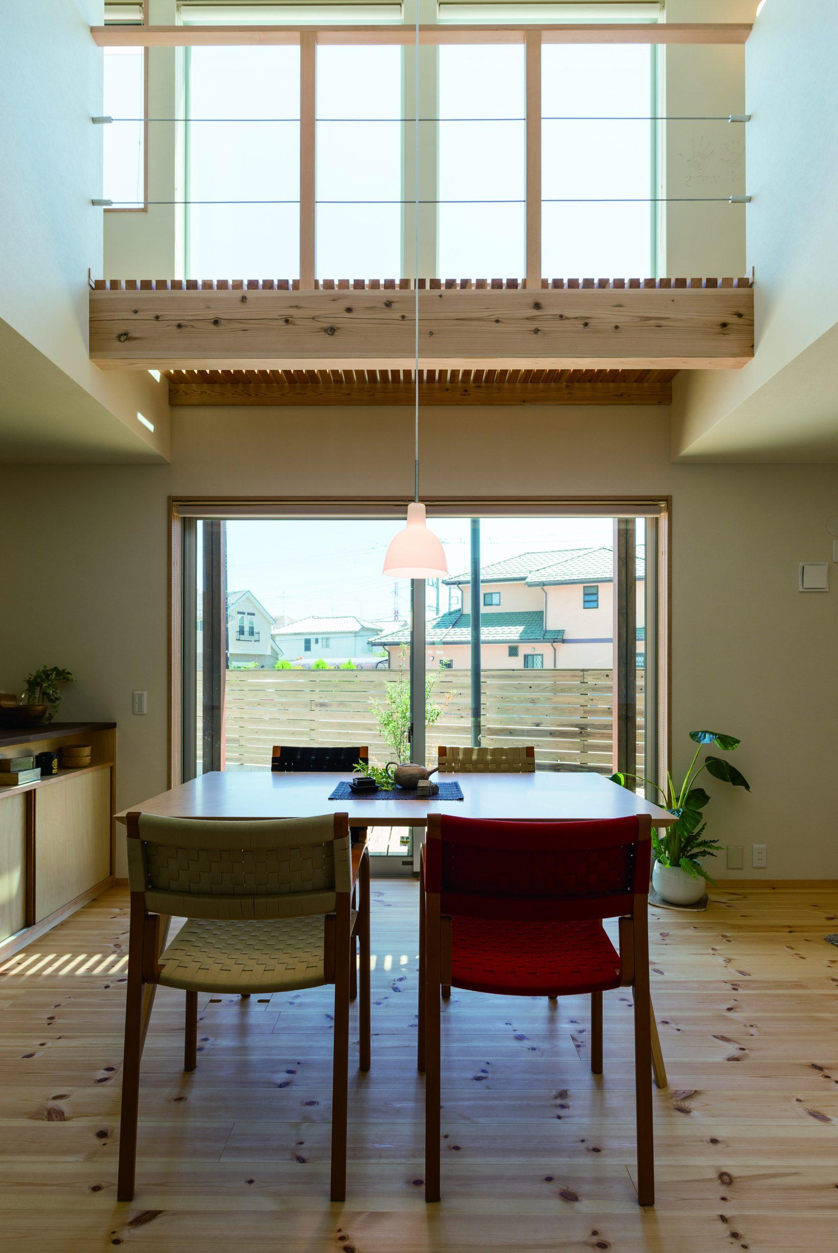 中庭のある家の間取り図:吹き抜けの空間と中庭のウッドデッキがつながる間取りはリビングに開放感をもたらしています