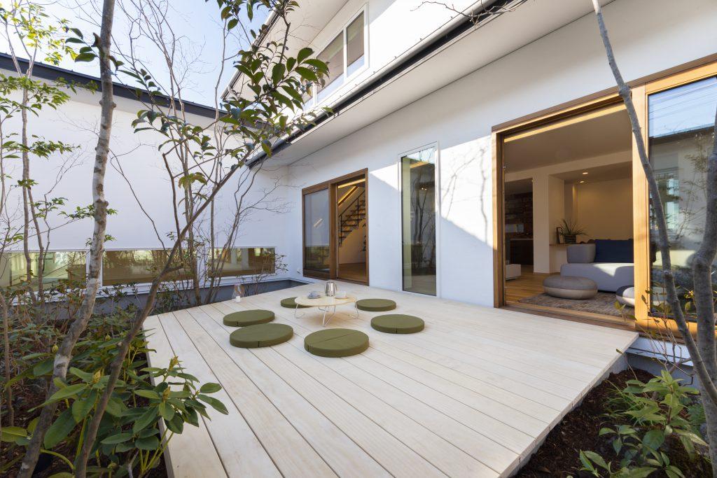 中庭のあるウッドデッキの外観:昼は太陽、夜は月や星空のもとで家族団らんの場として最適