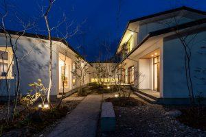 千葉の中庭のある家の外観:開放感と安心感が得られる中庭のあるコの字型の間取りのモデルハウス施工事例