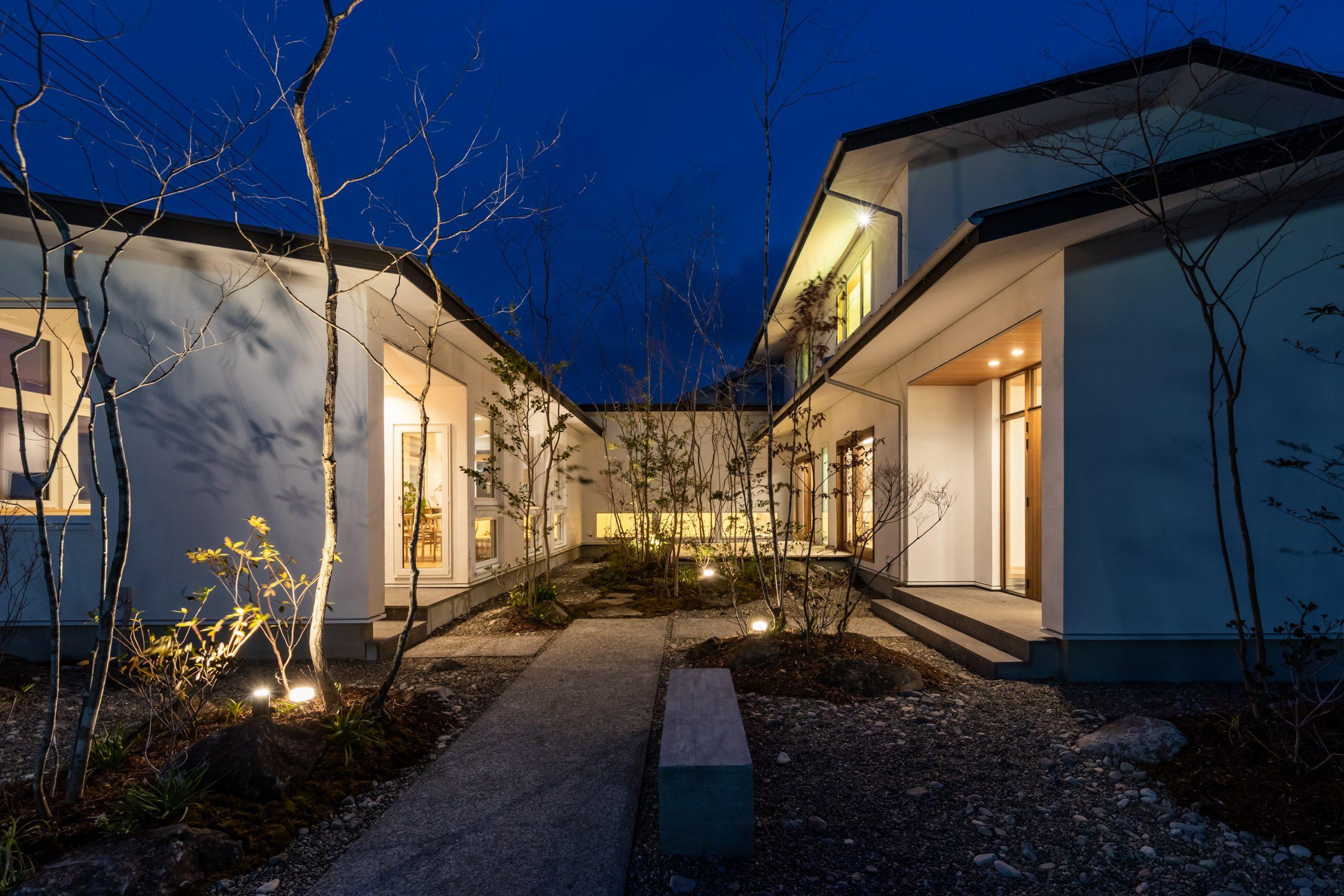 千葉の中庭のある家の外観:開放感と安心感があるコの字型の間取りの事例
