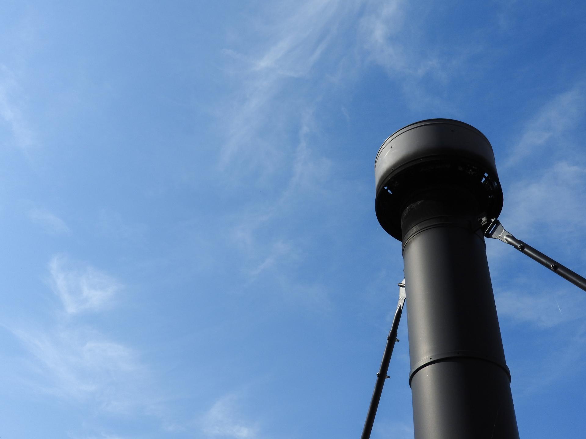 薪ストーブの煙突のある風景