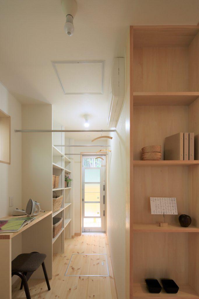 ファミリークローゼットのある家の施工例:家事室の全景