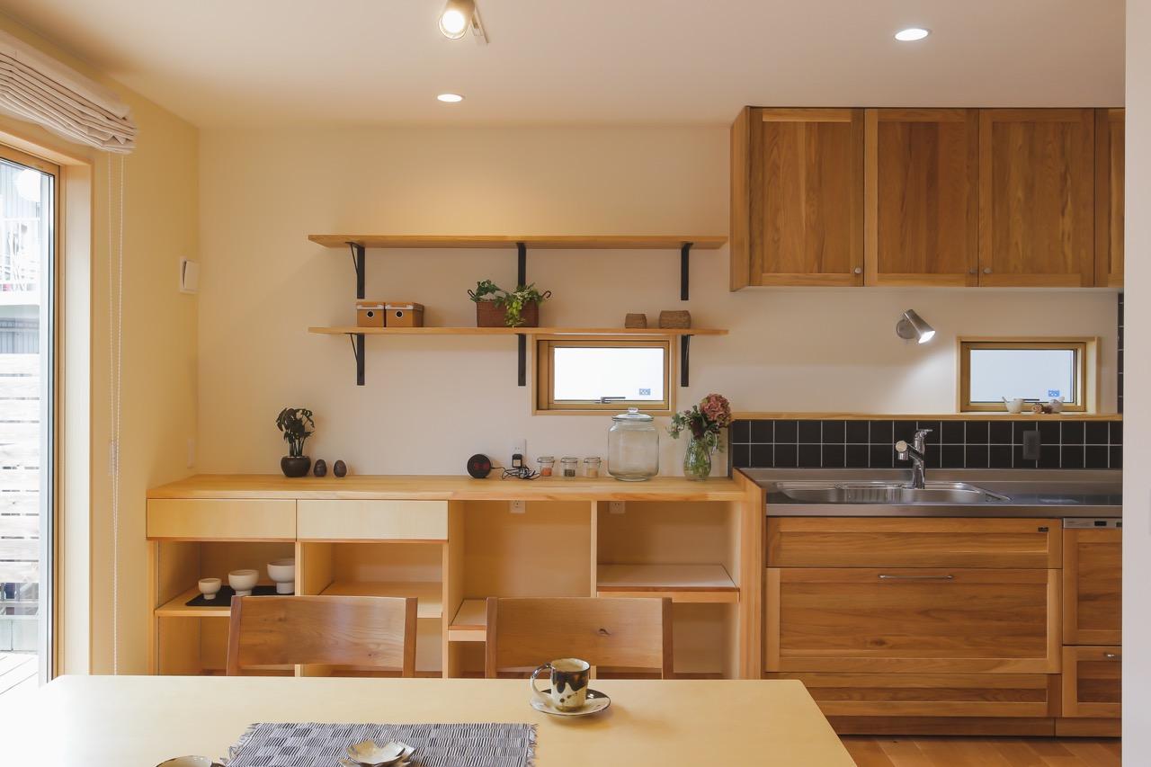 家事動線がいい家の建築実例:キッチンの造作棚