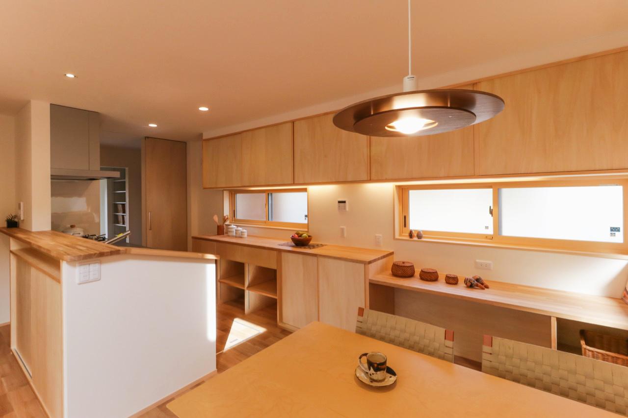 家事ラクなシンプルナチュラルの家のキッチンの造作家具